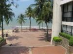 видите на берегу надувной банан? на нём катают по волнам!Таиланд. отель Амбассадор
