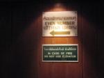 при выходе из панорамного лифта видишь такие таблички. и знаешь куда идти.Таиланд. отель Амбассадор