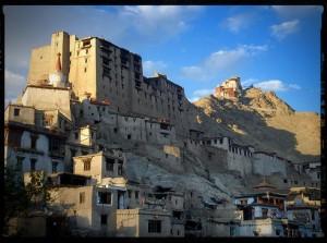 Древние стены королевского дворца в Лехе. Йога-тур в Гималаи. Хатха-Йога для начинающих